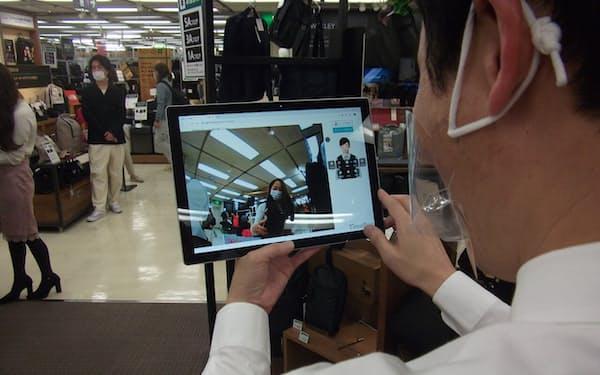 客の表情などを確認しながら対面に近い接客ができる(3月、東急ハンズ渋谷店)