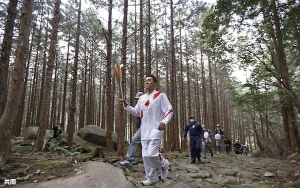 熊野古道伊勢路の一部、馬越峠を巡る聖火ランナー=8日午後、三重県紀北町(共同)