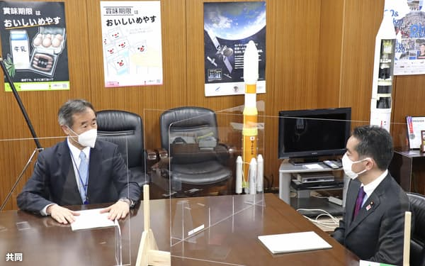 会談する日本学術会議の梶田会長(左)と井上科技相(7日午後、東京都千代田区)=共同