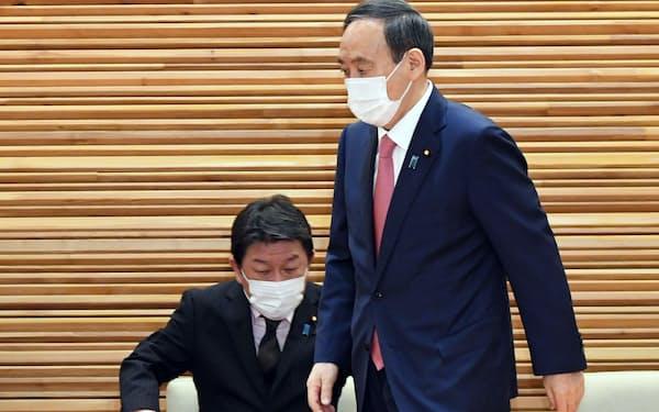 閣議に臨む菅首相(9日午前、首相官邸)
