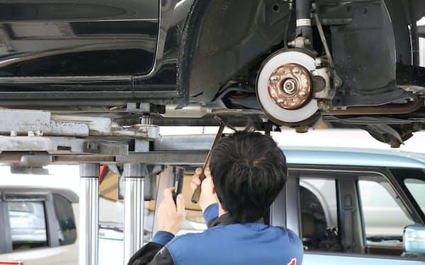 自動車を点検する整備士(名古屋市内)