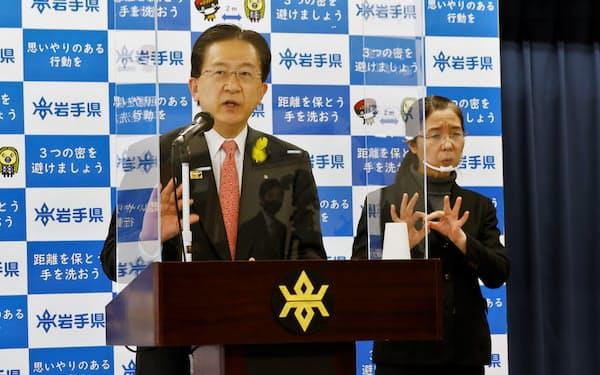 42億円の補正予算案を発表し、報道陣の質問に答える達増知事(9日、岩手県庁)
