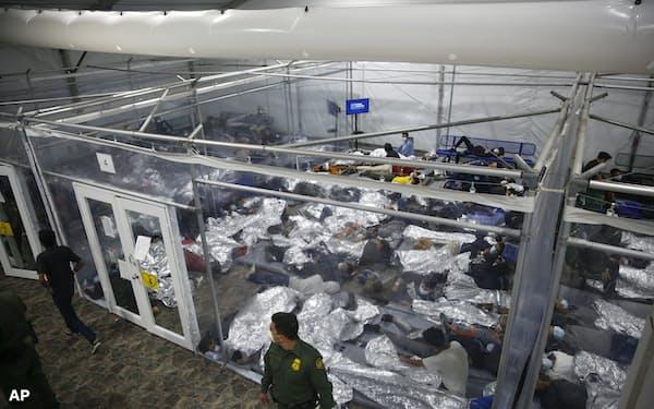 不法に入国し、米税関・国境取締局が運営する施設に収容された子どもたち(3月、テキサス州)=AP