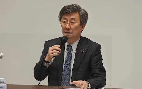 安川電機の小笠原社長は「コロナと米中摩擦の2つの影響が大きかった」と説明(9日、北九州市)