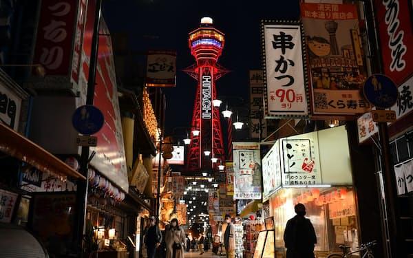 「大阪モデル」で非常事態を示す赤色に点灯した通天閣(7日、大阪市浪速区)