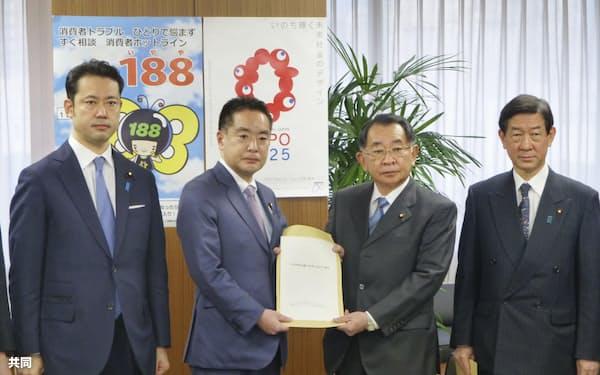 自民党PT座長の塩谷元文科相(中央右)