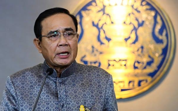 定例記者会見に臨むタイのプラユット首相(4日、バンコク)=小高顕撮影