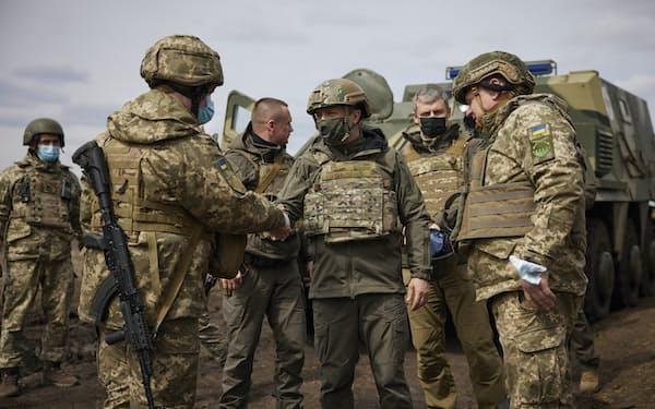 8日、東部紛争の前線を視察したウクライナのゼレンスキー大統領(中央)=ロイター