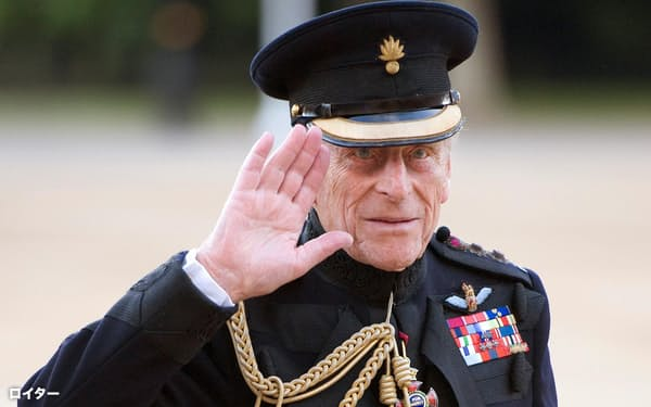 2011年6月、誕生日前日に開かれたロンドンでの式典で、騎馬隊の敬礼を受けるフィリップ英殿下(ロイター=共同)