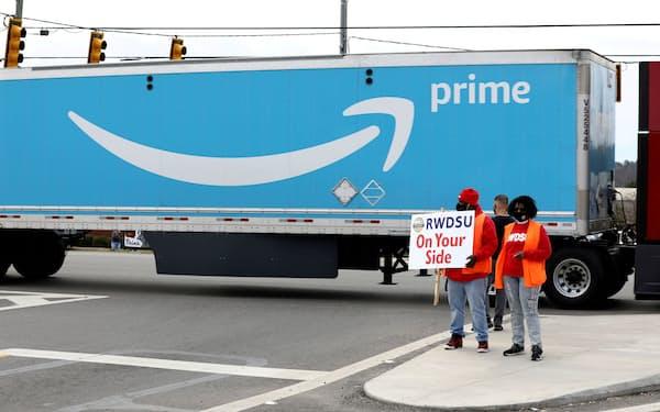 労組結成に賛成を呼びかけるアマゾンの従業員ら(アラバマ州)=ロイター