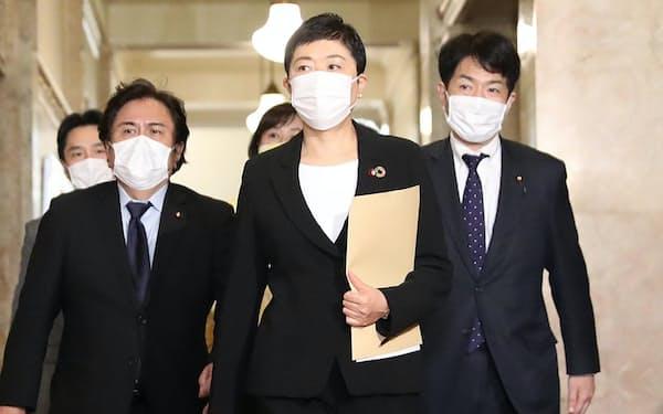 立憲民主党の辻元清美副代表(中)