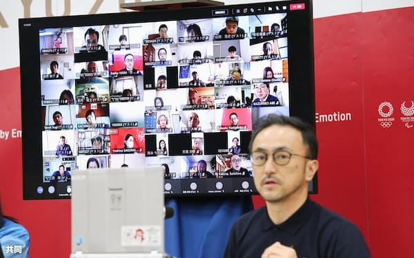 東京五輪・パラリンピック組織委がオンラインで始めた役割別研修で、講師の説明を聞く大会ボランティア(画面)=10日午前、東京都中央区(代表撮影)