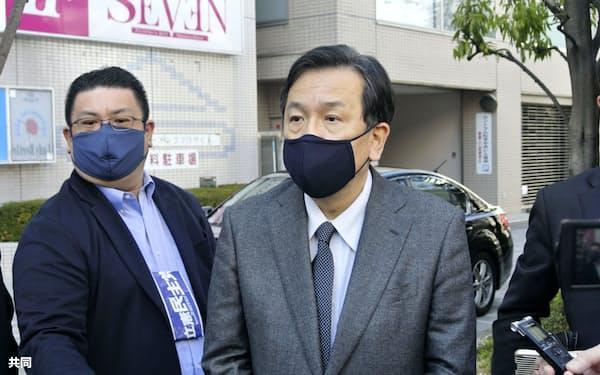 10日、長野県松本市内で記者団の取材に応じる立憲民主党の枝野代表(右)=共同