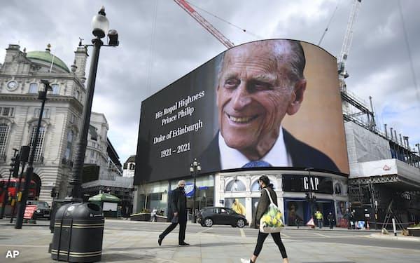 繁華街のスクリーンには亡くなったフィリップ殿下の写真が映し出された(9日、ロンドン)=AP
