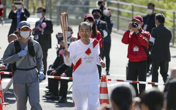 奈良県の第1走者を務める鈴木康友さん(11日午前、奈良県五條市)=共同