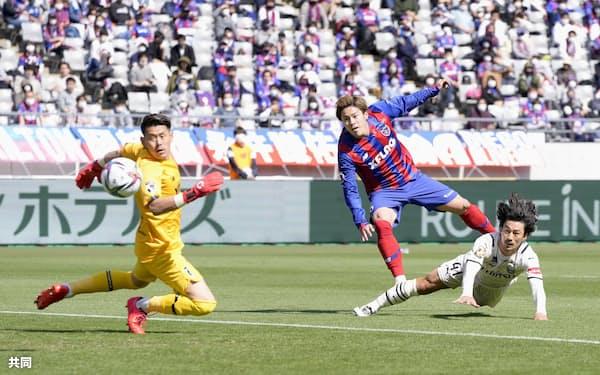 FC東京―川崎 前半、ヘディングで先制ゴールを決める川崎・家長(右下)。GK児玉=共同