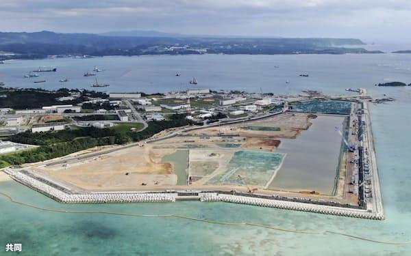 米軍普天間基地の移設先として米軍キャンプ・シュワブ沿岸で進む土砂埋め立て工事(2020年12月、沖縄県名護市辺野古)=共同