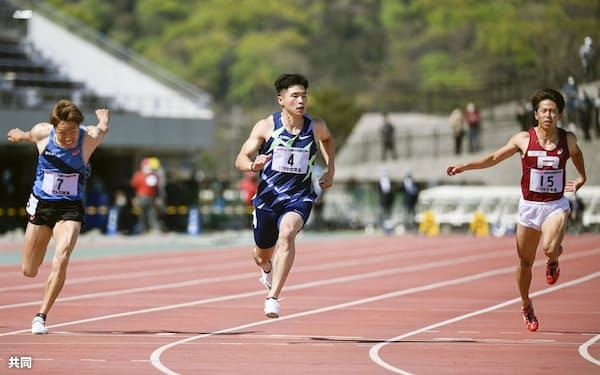 男子100メートル決勝 10秒04(追い風参考)で優勝した小池祐貴(中央)=島根県立浜山公園陸上競技場