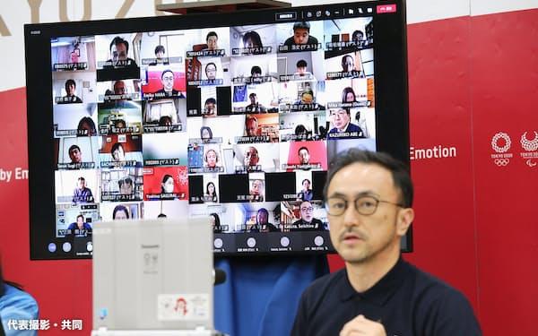オンラインの役割別研修で講師の説明を聞く、画面に映る大会ボランティアの参加者(10日、東京都中央区)=代表撮影・共同