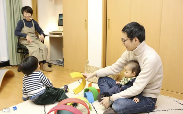 週休3日制は働きながら子育てをしやすくするメリットもある=共同