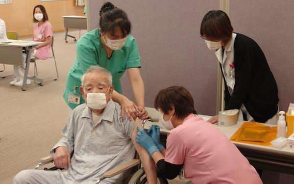 高齢者入所施設でワクチン接種を受ける90代男性(12日、福井市)