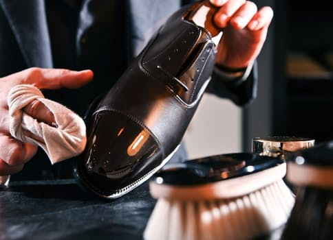 独自の方法で鏡面磨きを行い靴の光沢を出す=大岡敦撮影