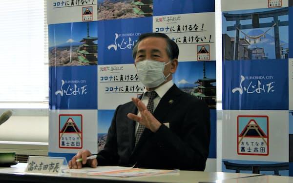富士山の新型コロナ対策について見解を述べる堀内茂市長(12日、山梨県富士吉田市の富士吉田市役所)