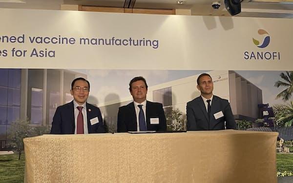 新たなワクチン工場の建設を発表する仏サノフィ幹部ら(12日、シンガポール)