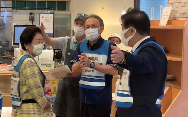 飲食店の感染対策を見て回る沖縄県の玉城知事(12日、那覇市)