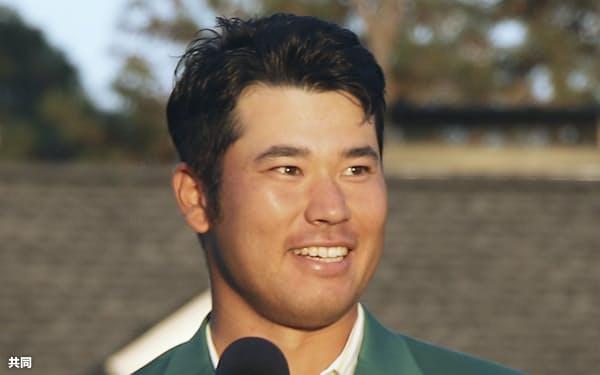 米ゴルフのマスターズ・トーナメントで、日本男子初のメジャー制覇を果たし、笑顔でスピーチする松山英樹=11日、オーガスタ・ナショナルGC(共同)