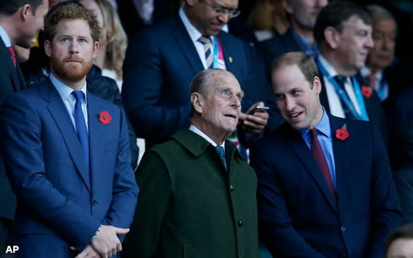 2015年10月31日、ロンドンでラグビーのワールドカップ・イングランド大会の決勝戦を観戦するフィリップ殿下(中央)と孫のウィリアム王子(右)、ヘンリー王子(左)=AP