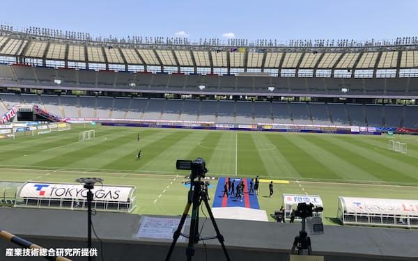ビデオカメラ(中央)、マイクロホンアレイ(左)、CO2濃度計(右)がスタジアム内に設置された=産業技術総合研究所提供