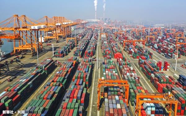 中国広西チワン族自治区の港に積まれたコンテナ(1月)=新華社・共同