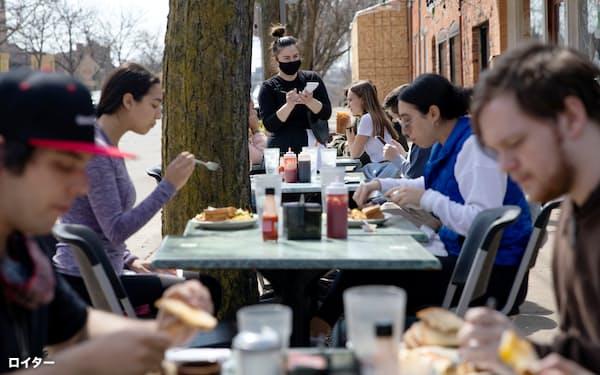 ミシガン州内の飲食店。人の移動が増えて感染が急拡大している=ロイター