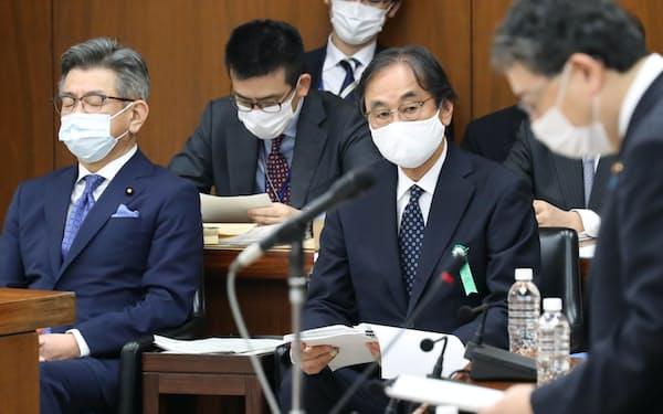 衆院総務委に出席し、質問を聞くフジ・メディアHDの金光修社長㊥。左は武田総務相(13日午前)