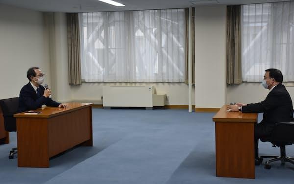 福島県の内堀知事(左)は梶山経産相と面会した(13日、県庁)