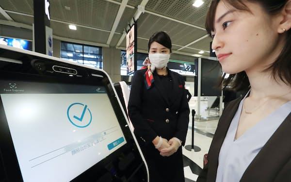 顔認証技術を使った搭乗手続きの実証実験(13日午前、千葉県成田市の成田国際空港)=一部画像処理しています