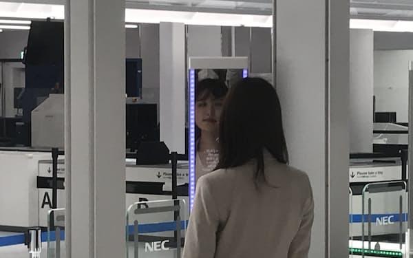 顔が識別されると数秒でゲートが開く