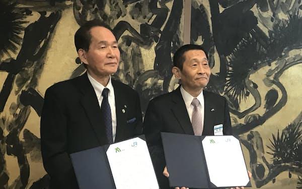 協定に署名した香川県の浜田知事㊧とJR四国の西牧社長(高松市)