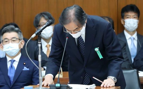 外資規制違反を巡り、衆院総務委で陳謝するフジ・メディアHDの金光修社長。左は武田総務相(13日午前)