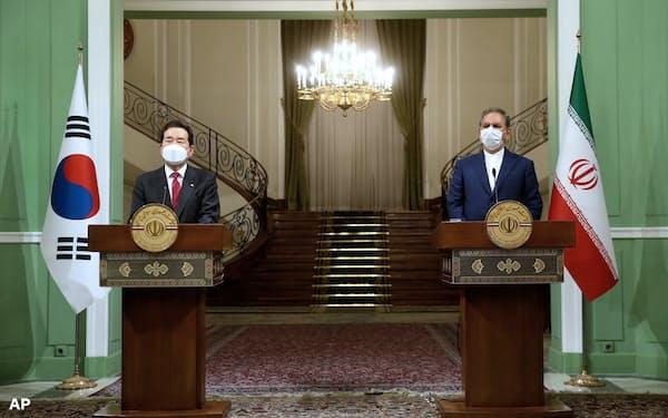 11日テヘランで会談した韓国の丁世均首相㊧とイランのジャハンギリ第1副大統領=イラン副大統領事務所提供・AP