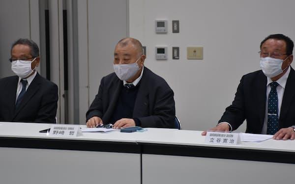 福島県漁連の野崎会長(中)は海洋放出反対を重ねて表明した(13日、福島県いわき市)