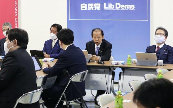 自民党の「子ども庁」創設に関する検討本部初会合であいさつする二階幹事長(奥右から2人目)=13日、党本部