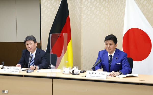 テレビ会議方式で開かれたドイツとの外務・防衛閣僚会合で発言する茂木外相。右は岸防衛相=13日午後、外務省