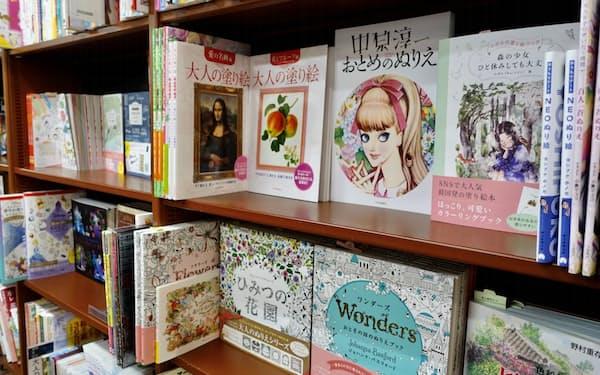 書店には多くの柄の塗り絵が並ぶ(大阪市内の書店)