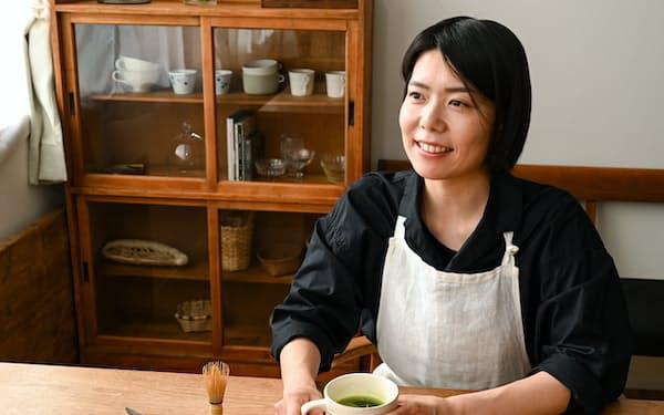 マグカップに入れて抹茶を楽しむ料理家の榎本美沙さん=佐藤 圭一郎撮影