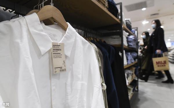 北京市の「無印良品」で販売されている新疆綿のシャツ=共同