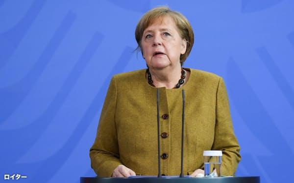 記者会見するドイツのメルケル首相(13日、ベルリン)=ロイター