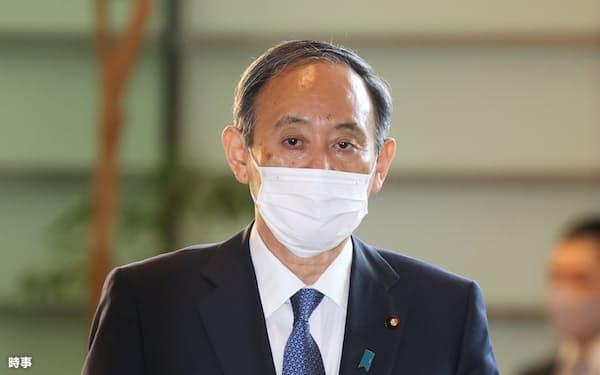 首相官邸に入る菅義偉首相=7日午前、東京・永田町