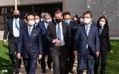 北村氏(手前左)は14日の電話協議に先立ち米国でもサリバン氏(中央)と会談した(米国家安全保障会議のツイッターから)=共同